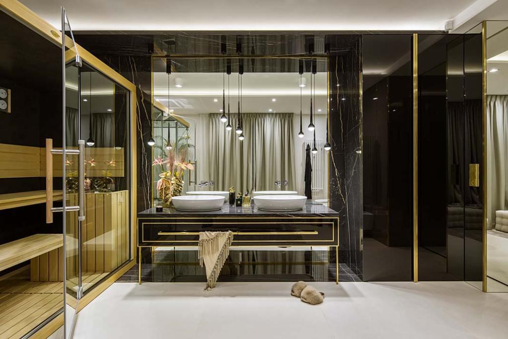 Salon kąpielowy z sauną parową sąsiaduje z główną sypialnią. Projekt Hola Design