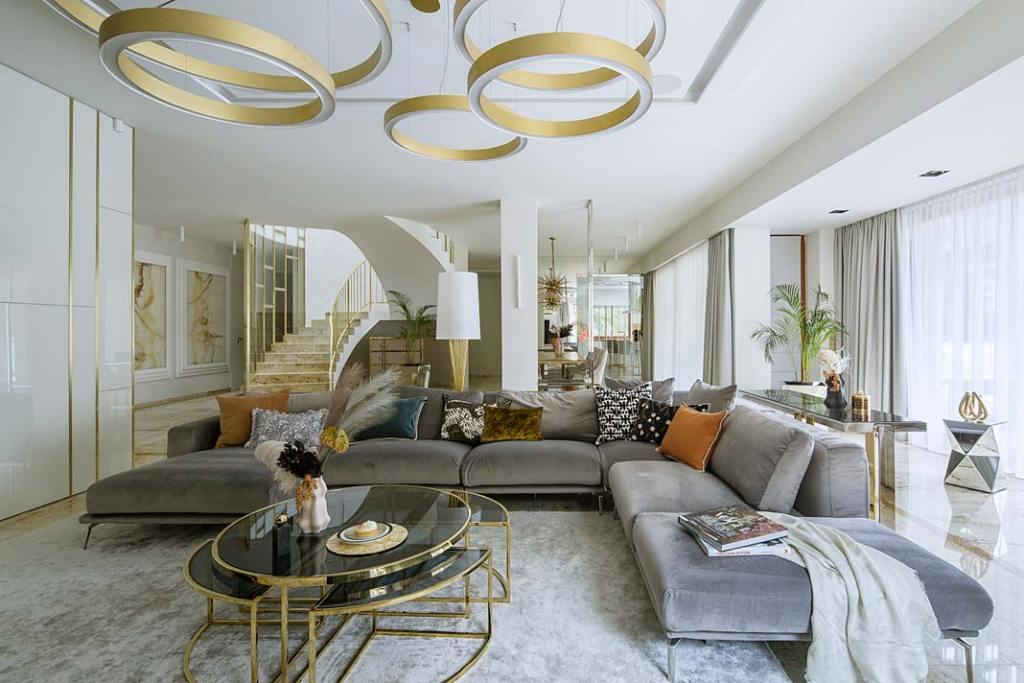 Nowoczesne wnętrza z nutą glamour. Salon zaprojektowany przez pracownię Hola Design