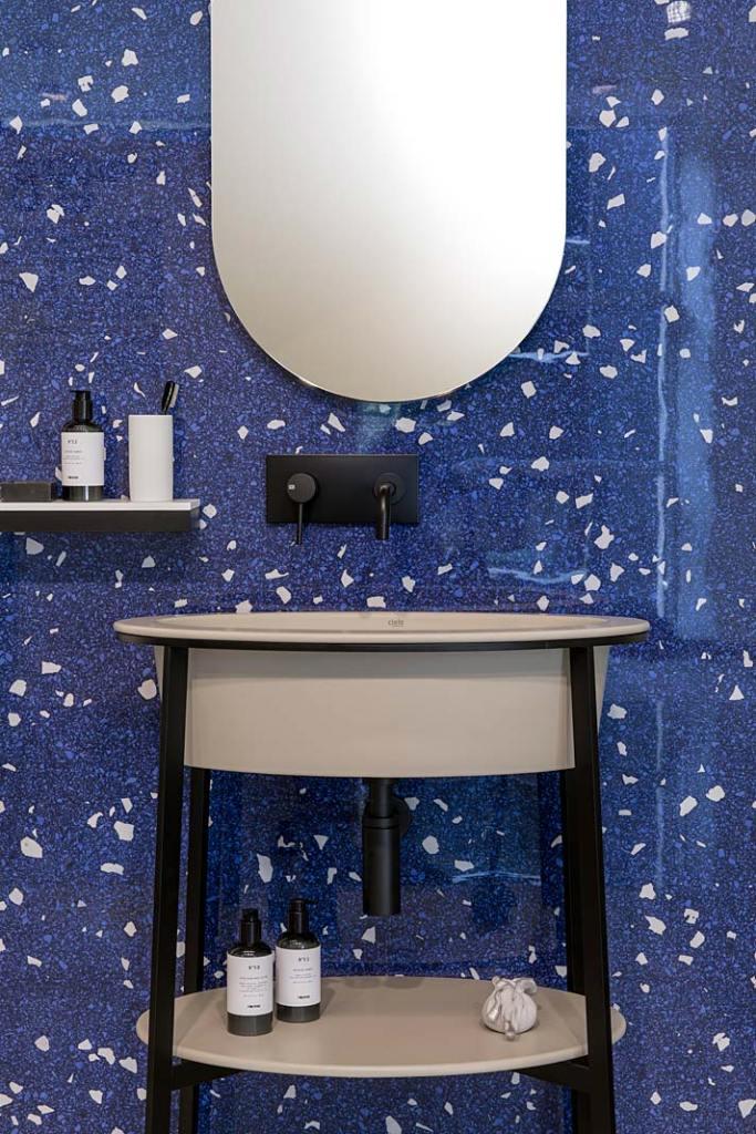 Ściana za umywalką wykończona płytkami z kolekcji Artwork marki Casamood