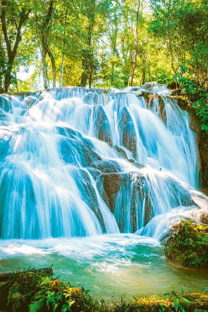 Silny strumień wodospadu oczyszcza drogi oddechowe i łagodzi stres