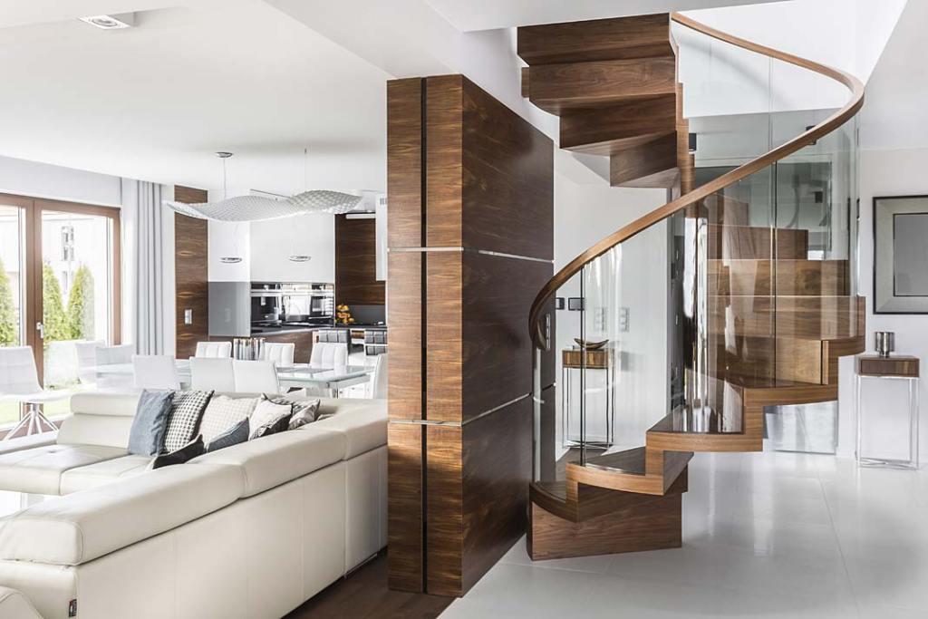 Spiralne schody dywanowe z orzecha amerykańskiego. Projekt i wykonanie Schody Trąbczyński