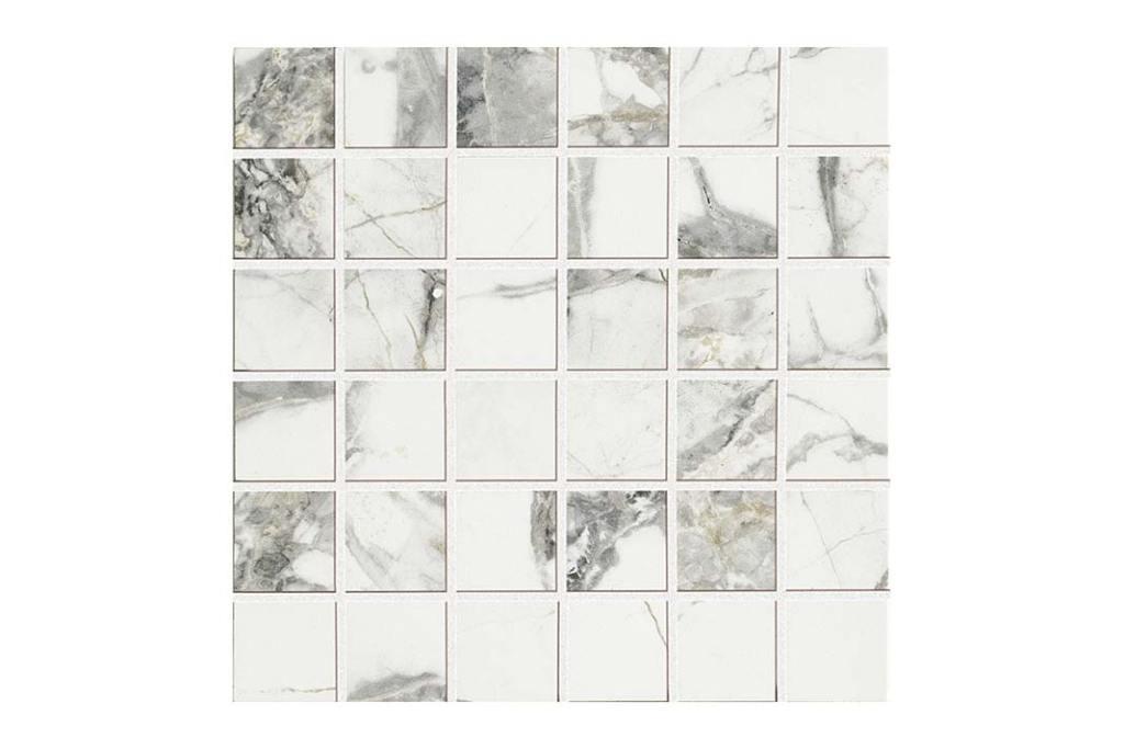 Biała łazienka. Stylizowana na marmur mozaika Delight Invisible Light z Lea Ceramiche