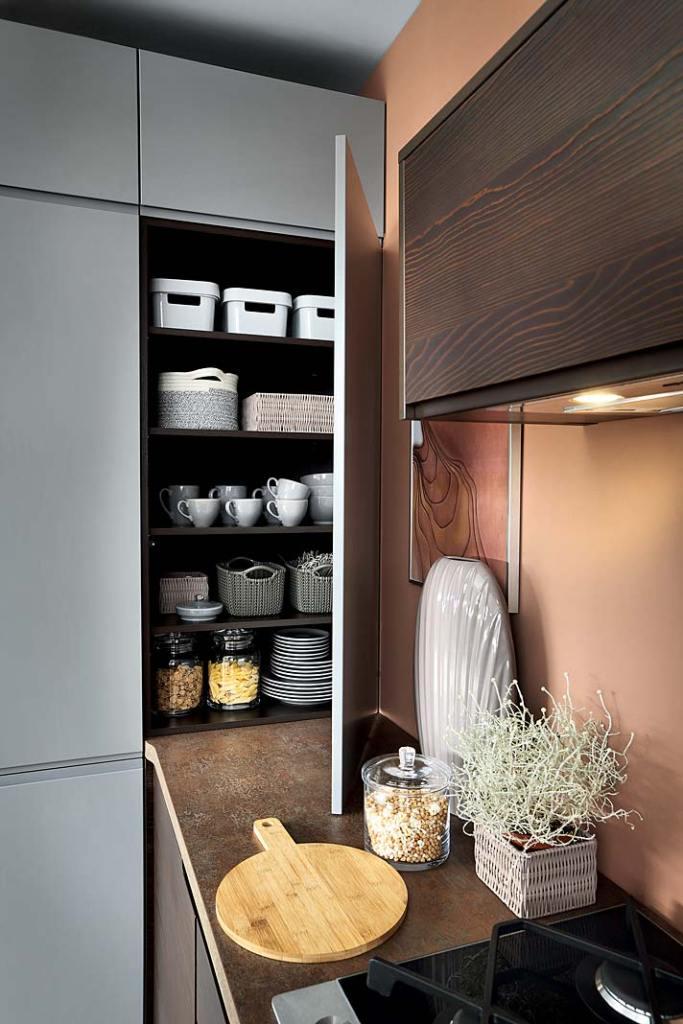 Tradycyjne półki w kuchennej szafce narożnej