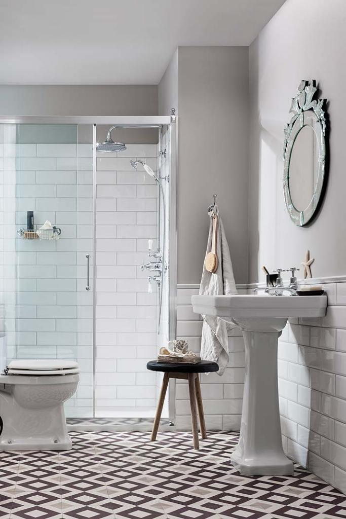Umywalka w kobiecej łazience, ceramika i armatura w stylu retro marki Burlington