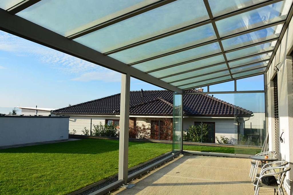 Zabudowa ścian pergoli w systemie Slide Glass firmy Aliplast