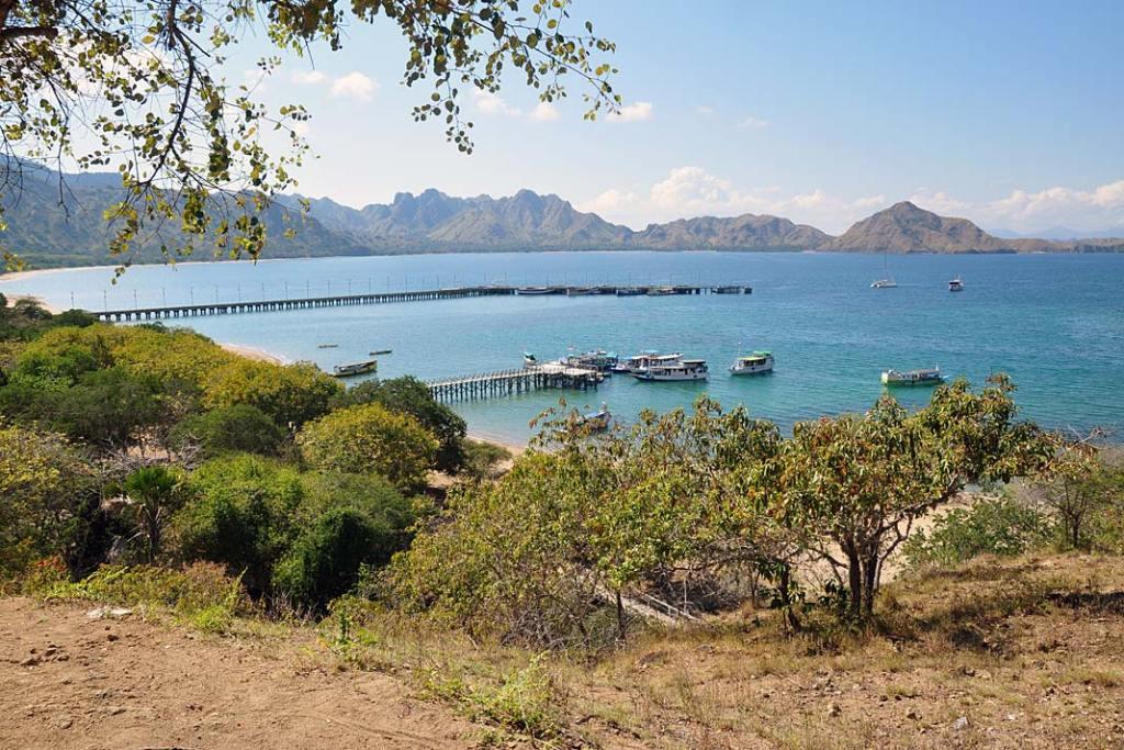 Zeszczytu wyspy Komodo widać pozostałe niewielkie wysepki archipelagu
