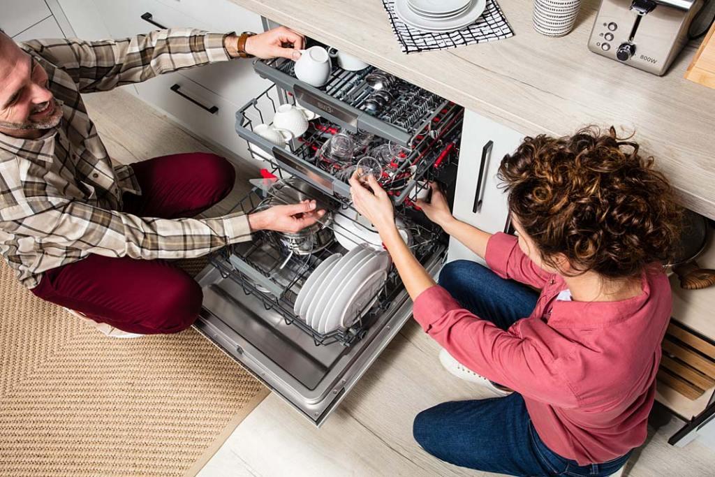Jak oszczędzać wodę w kuchni, zmywarka DIM68C10EBONSWViD marki Amica
