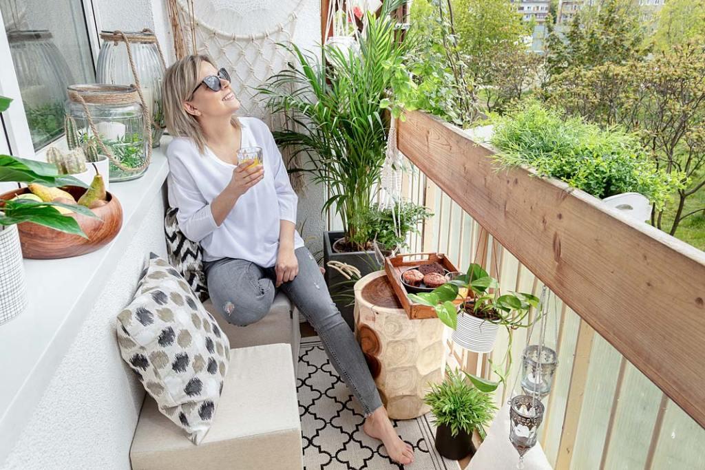 Letnia jadalnia na balkonie, aranżacja marki Dekoria