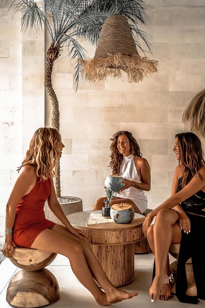 Letnia jadalnia w egzotycznym stylu, aranżacja marki Monnarita