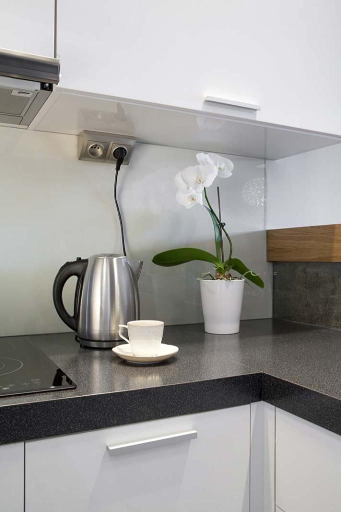 Gniazdka elektryczne w kuchni. Puszki podszafkowe Kontakt-Simon do montażu w narożniku