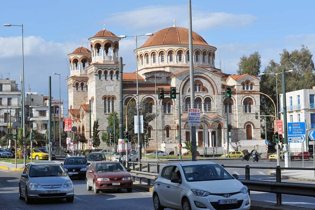 Cerkiew św. Dionizego Areopagity wPireusie jest jedną zwiększych świątyń prawosławnych Grecji