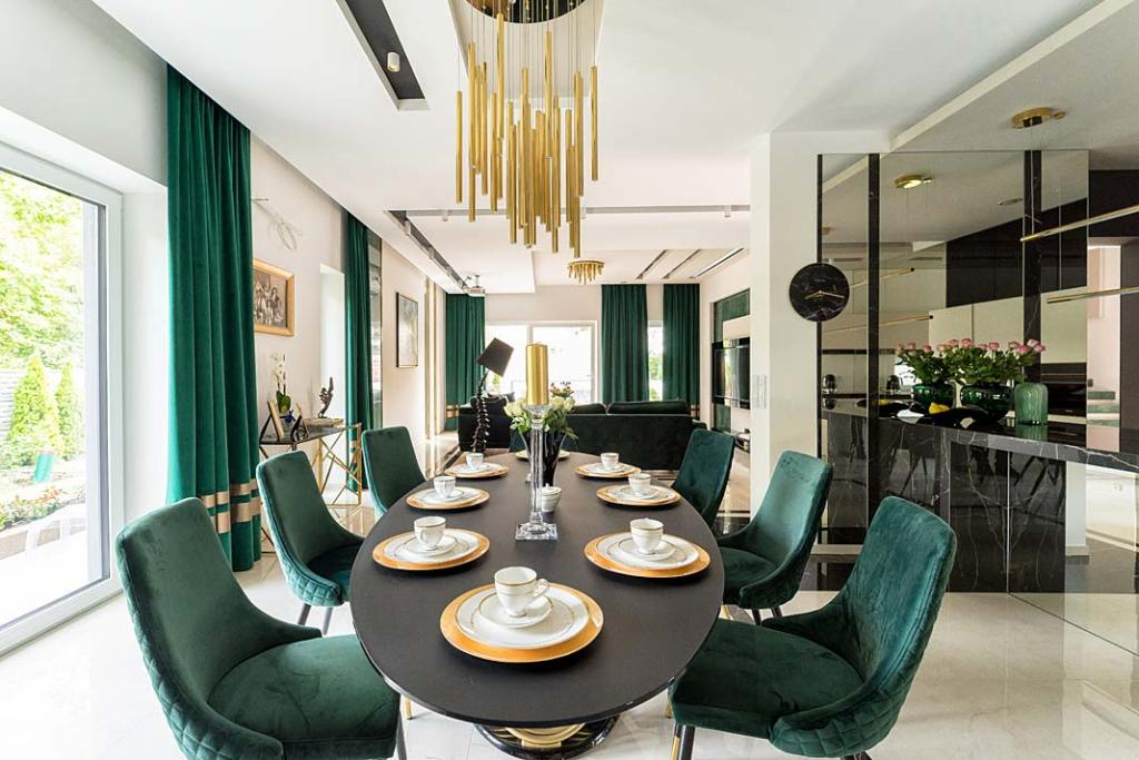 Duży stół w jadalni, tapicerowane krzesła. Projekt Trędowska Design. Fot. Michał Bachulski
