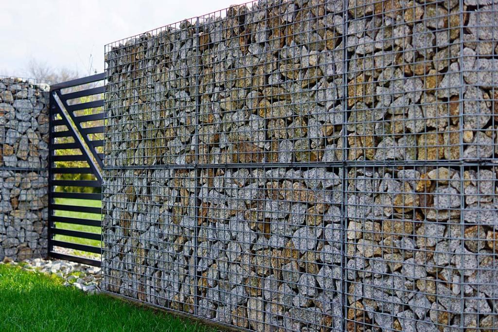 Granitowa kostka brukowa wykorzystana do budowy murków gabionowych, z oferty firmy Granit Naturalny