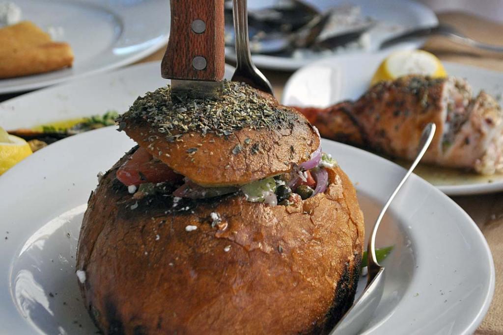 Grecka sałatka wiejska podana w podpieczonym chlebie