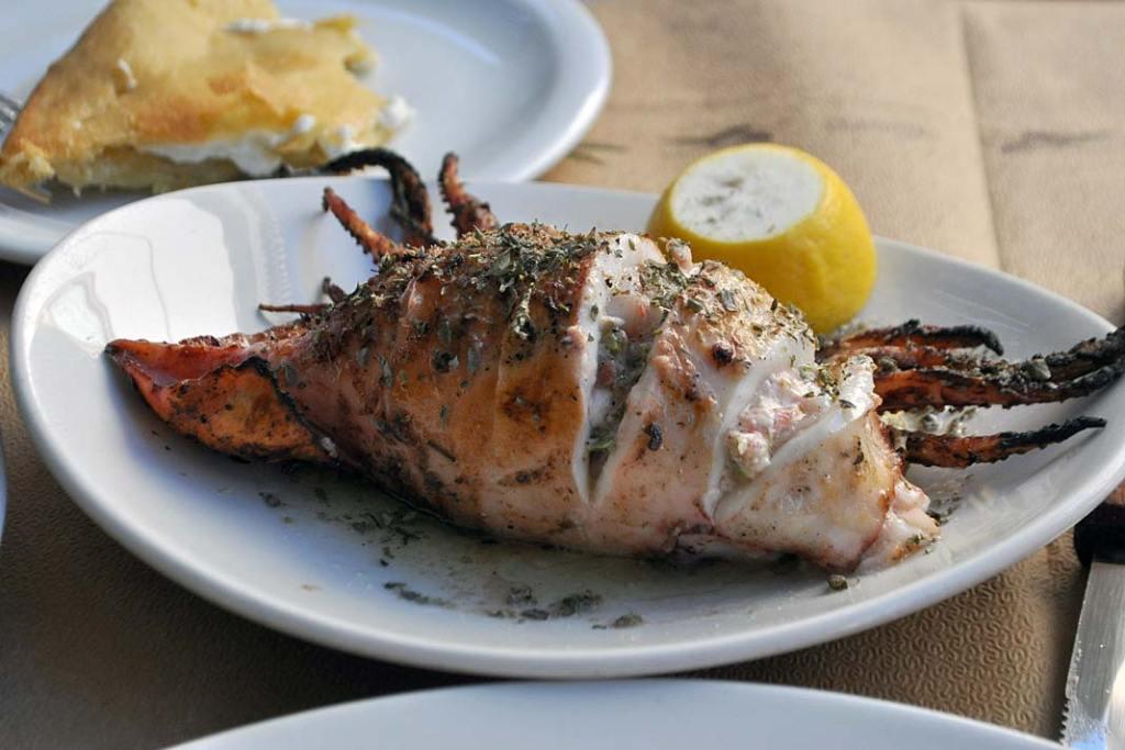 Kuchnia grecka - grillowana kałamarnica wypełniona farszem warzywnym