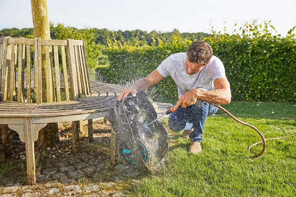 Jesienne prace w ogrodzie, czyszczenie urządzeń ogrodniczych Gardena