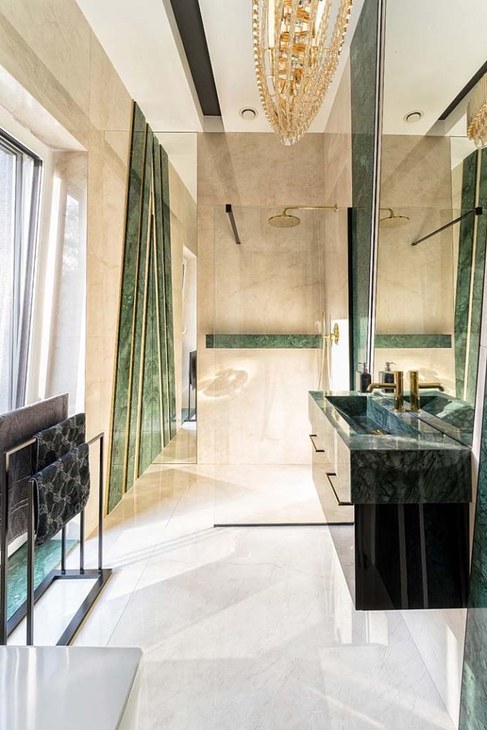 Łazienka wykończona zielonym marmurem Verde Guatemala. Projekt Trędowska Design. Fot. Michał Bachulski