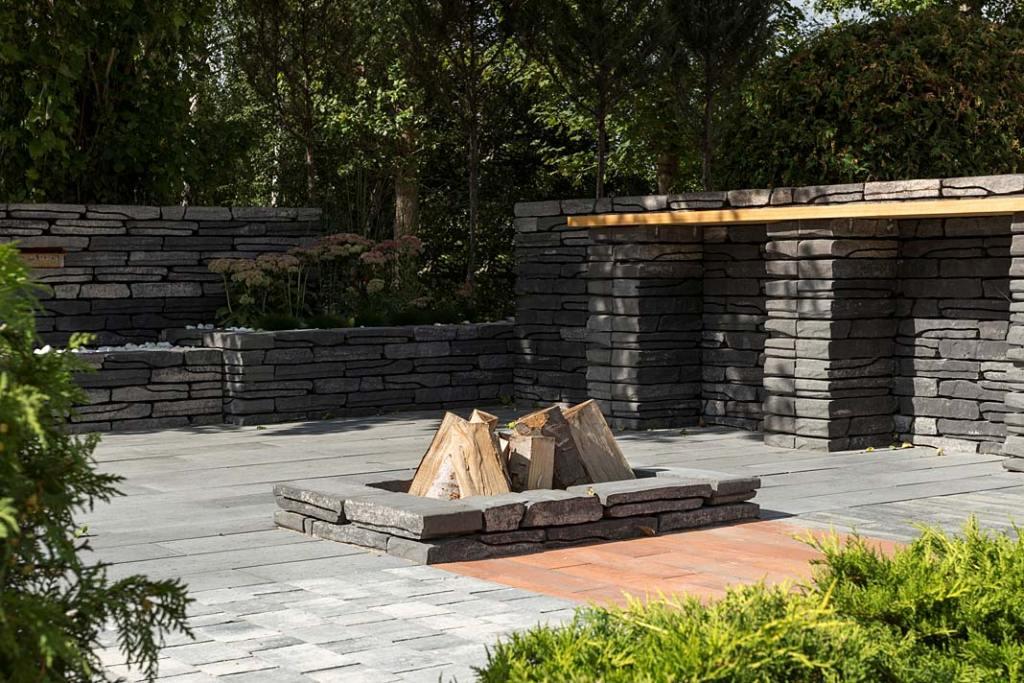 Ogrodowe palenisko wykonane z betonowych prefabrykatów, murek Albero marki Polbruk