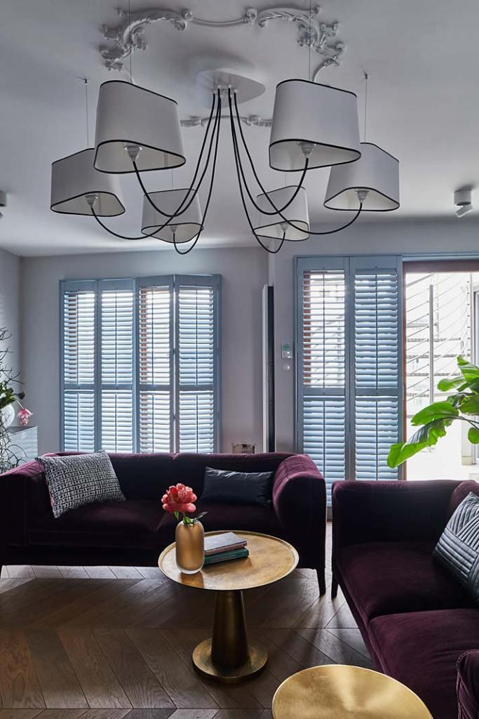 Okiennice wewnętrzne - shuttersy, pozwalają kontrolować ilość światła w pomieszczeniu. Projekt Anna Koszela