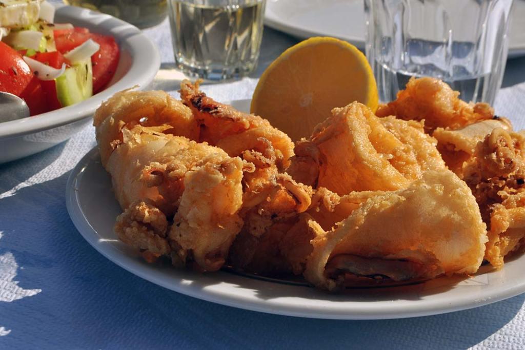 Kuchnia grecka. Ryby iowoce morza dość często są smażone nagłębokim tłuszczu