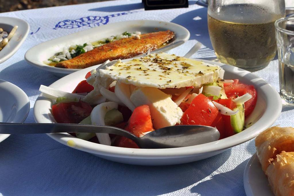"""Kuchnia grecka. Sałatka wiejska, zwana wPolsce """"grecką"""" podawana jest zdużymi kawałkami sera feta"""