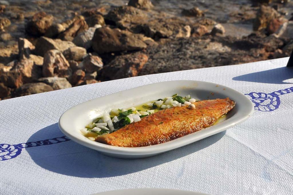 Smażone ryby podaje się polane aromatyczną oliwą zoliwek zdodatkiem czosnku, cebulki, pietruszki lub innych ziół