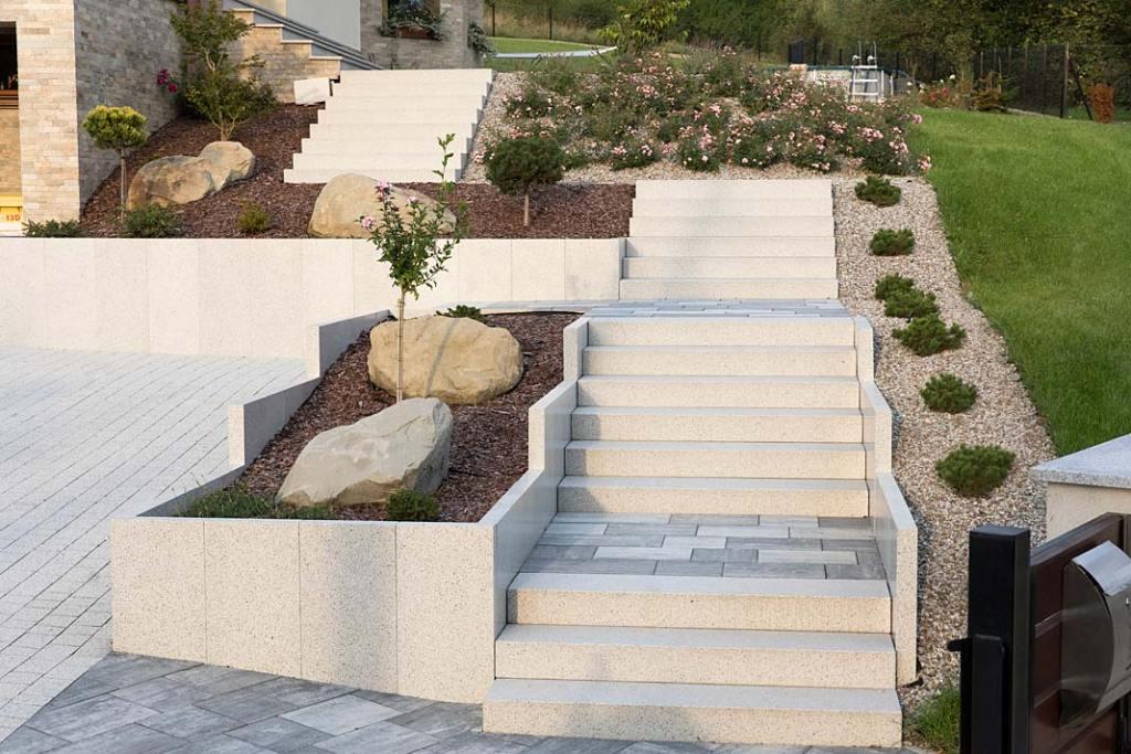 Stopnie blokowe Architect marki Bruk-Bet, kostka brukowa na podestach schodów