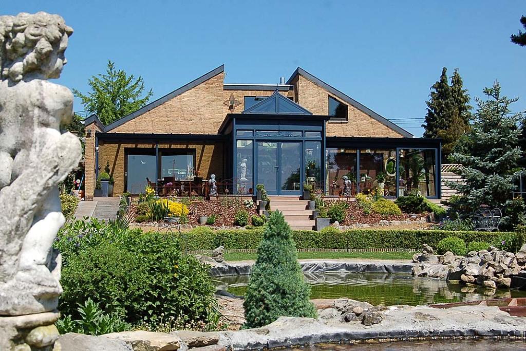 Zimowy ogród marki Aliplast to dodatkowa przestrzeń dowypoczynku iprzechowywania egzotycznych roślin