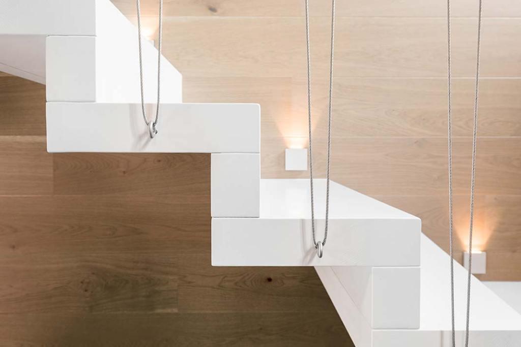 Białe dywanowe schody na antresolę
