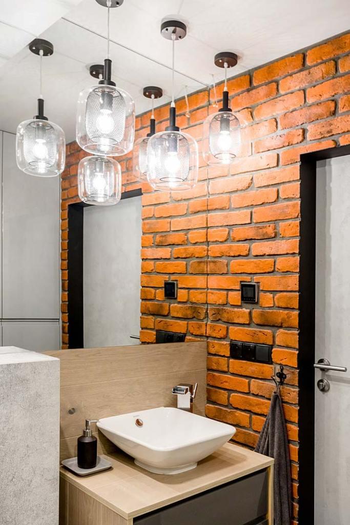 Cegła na ścianie w łazience. Projekt Monika Staniec