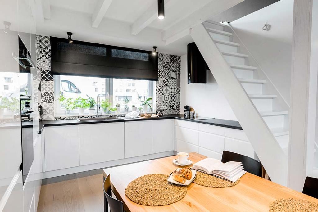 Czarno-biała kuchnia z jadalnią. Projekt Monika Staniec