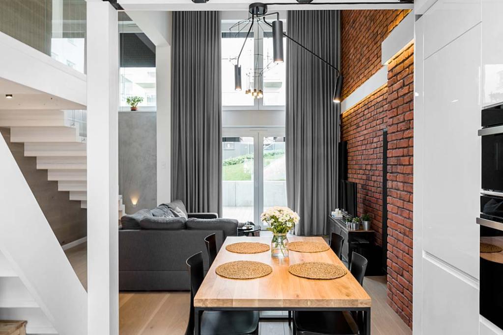 Przytulny loft dla rodziny, widok z jadalni na salon. Projekt Monika Staniec