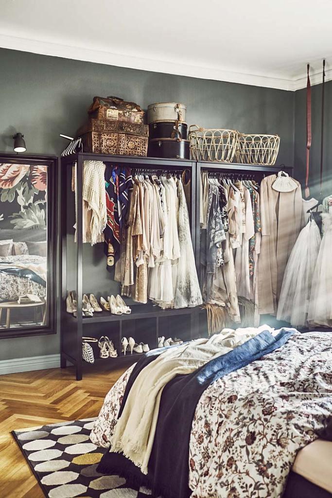 Otwarta garderoba w sypialni, szafa Hemnes od IKEA