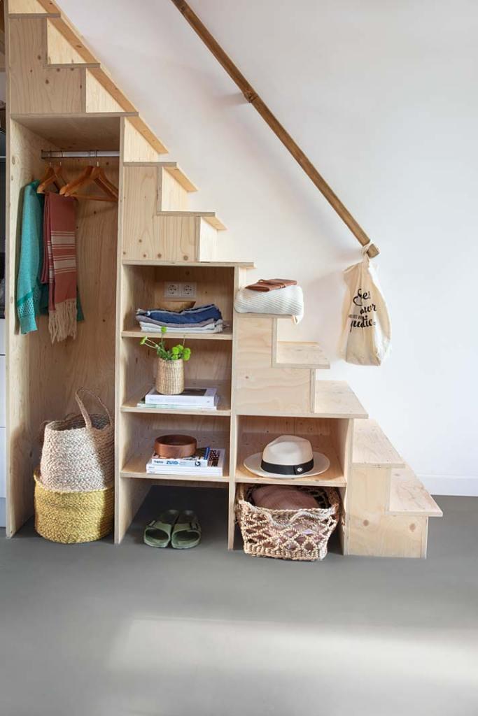 Garderoba pod schodami, na podłodze panele Quick-Step.
