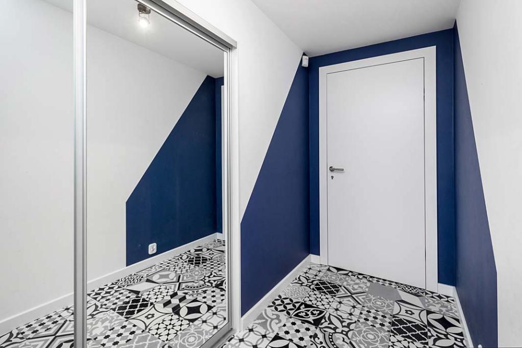 Przytulne mieszkanie, na podłodze płytki typu patchwork